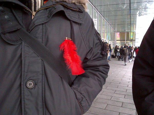 La plume rouge, écho au carré rouge, en appui à la cause autochtone