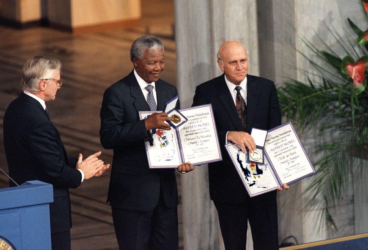 Le 9 décembre 1993, Nelson Mandela et le président sud-africain Frederik Willem de Klerk reçoivent à Oslo le prix Nobel de la paix.