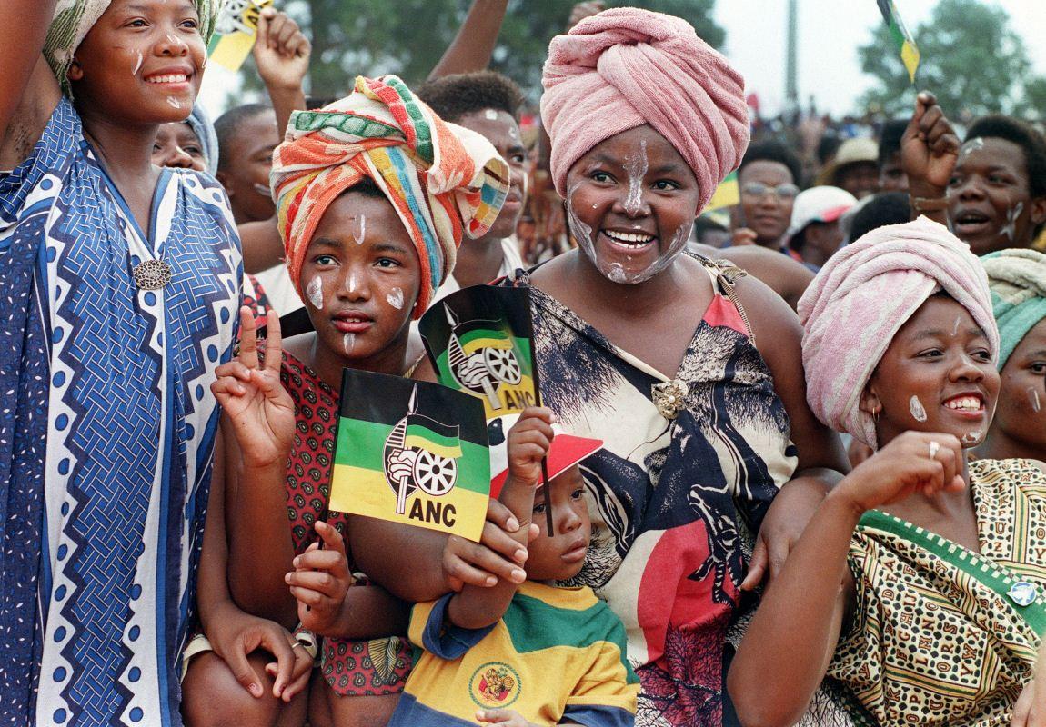 Des sympathisantes de l'ANC participent à un rassemblement électoral en appui à Nelson Mandela au township de Stilfontein.