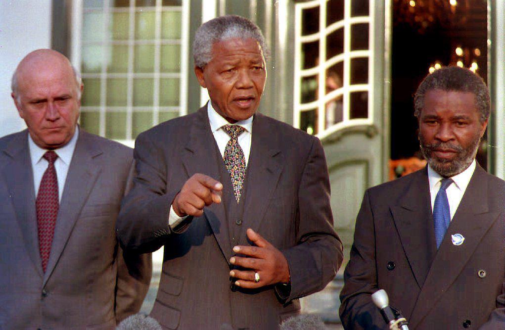 Nelson Mandela et ses deux vice-présidents, Thabo Mbeki et Frederik W. de Klerk, en 1994