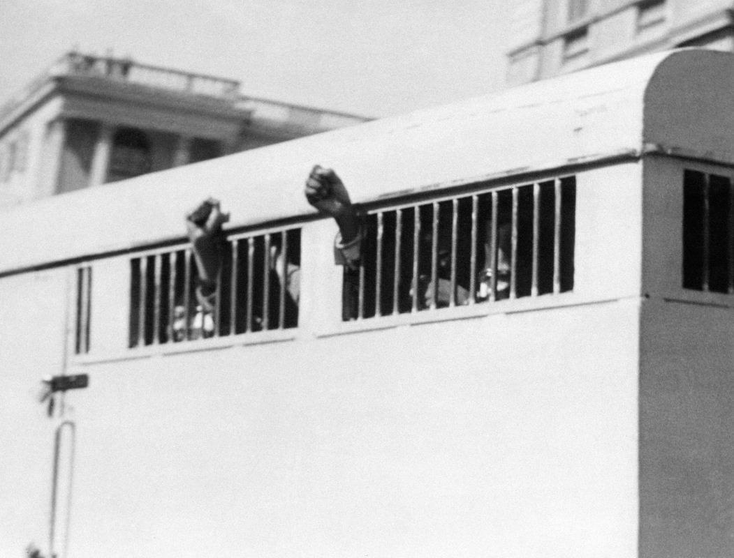Nelson Mandela et sept autres militants anti-apartheid condamnés à la prison à vie lors du procès de Rivonia, quittent le palais de justice de Pretoria, le 16 juin 1964.