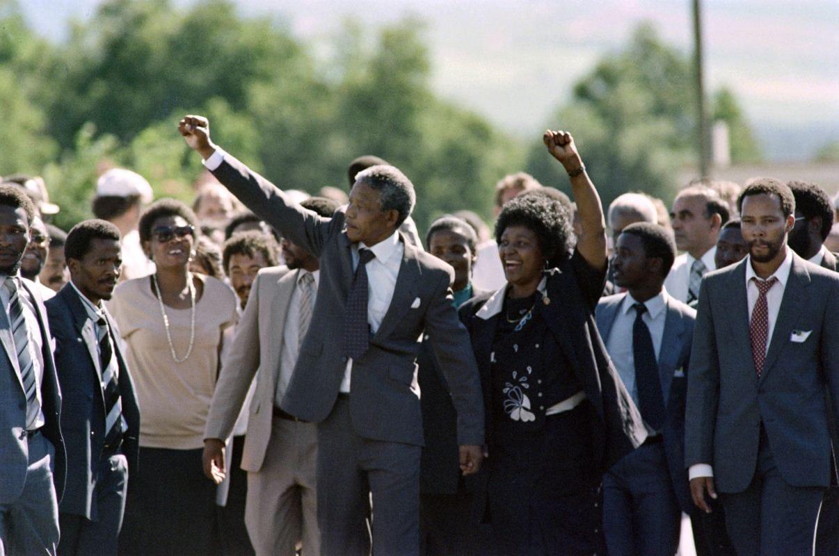 Nelson Mandela et son épouse Winnie célèbrent la libération du leader anti-apartheid de la prison de Victor Verster, le 11 février 1990, après 27 ans de détention.