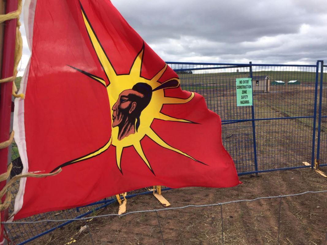 Le drapeau de la Mohawk Warrior Society.