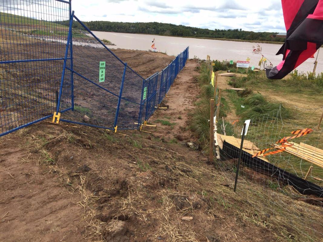Une clôture bloque l'accès au site de la compagnie gazière Alton.