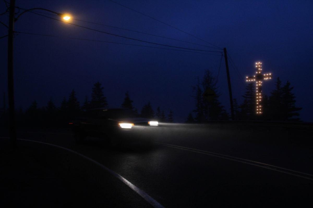 La nuit tombée, les rares voitures qui circulent brisent le silence à Natashquan.