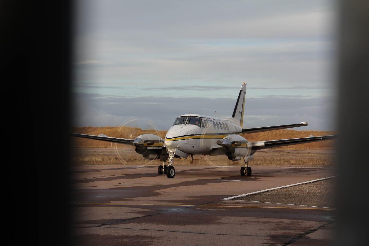 Deux avions atterrissent par jour à l'aéroport de Natashquan. Avant la route, il y en avait une vingtaine.