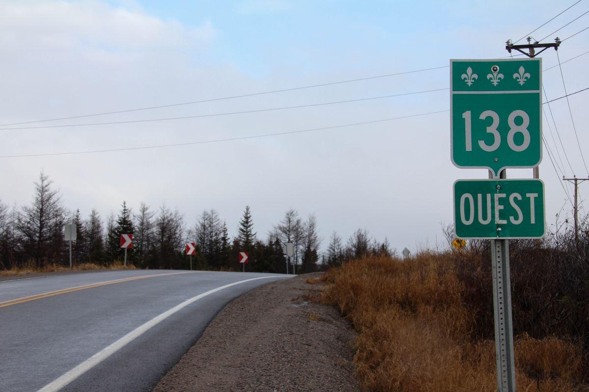 La route 138 épouse le paysage de la Côte-Nord et traverse des tourbières et des forêts d'épinettes à perte vue.