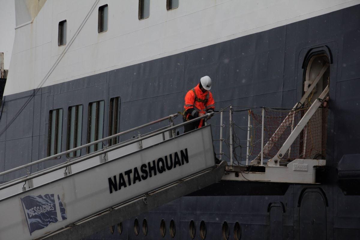Installation de la passerelle du Bella Desgagnés pour permettre aux passagers de débarquer du bateau.