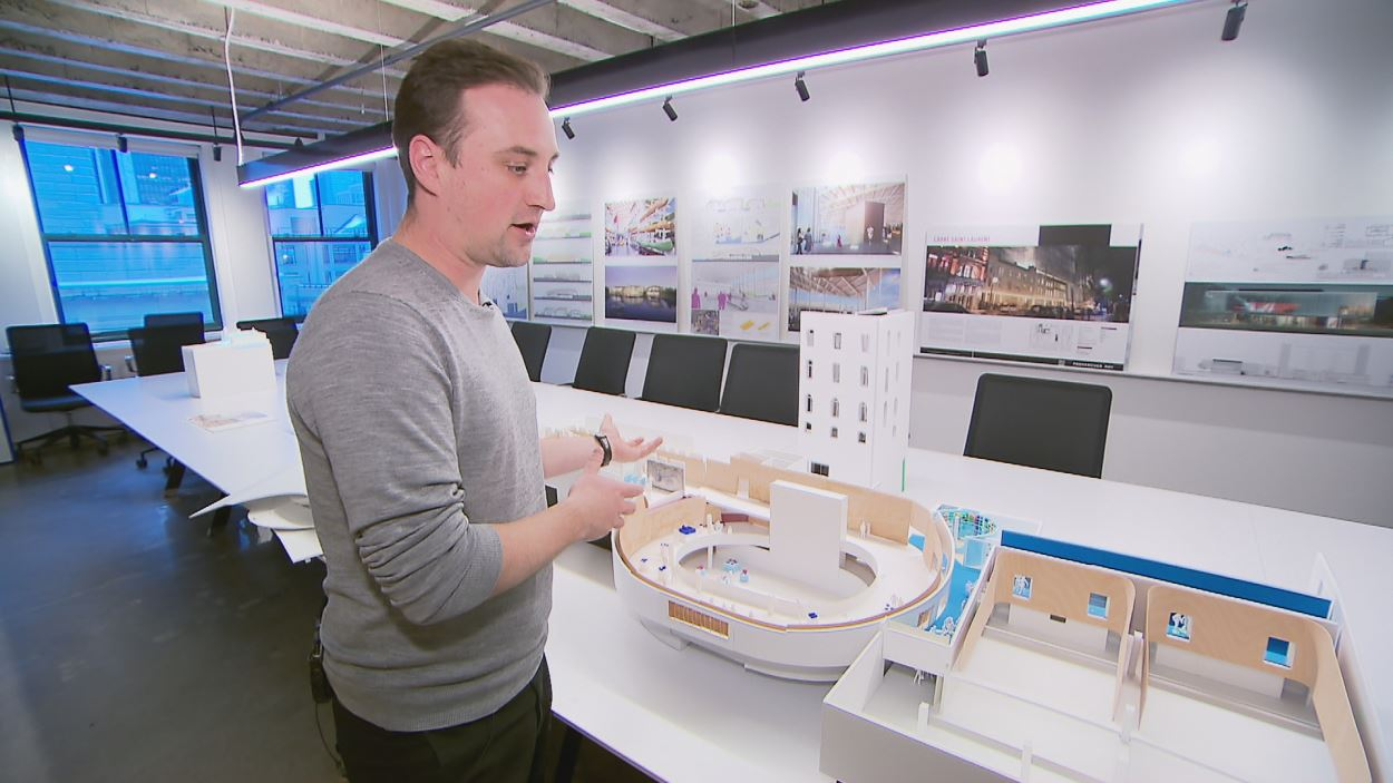 Nicolas Demers-Stoddart de chez Provencher_Roy Architectes explique le futur pavillon d'accueil de l'Assemblée nationale avec des maquettes.