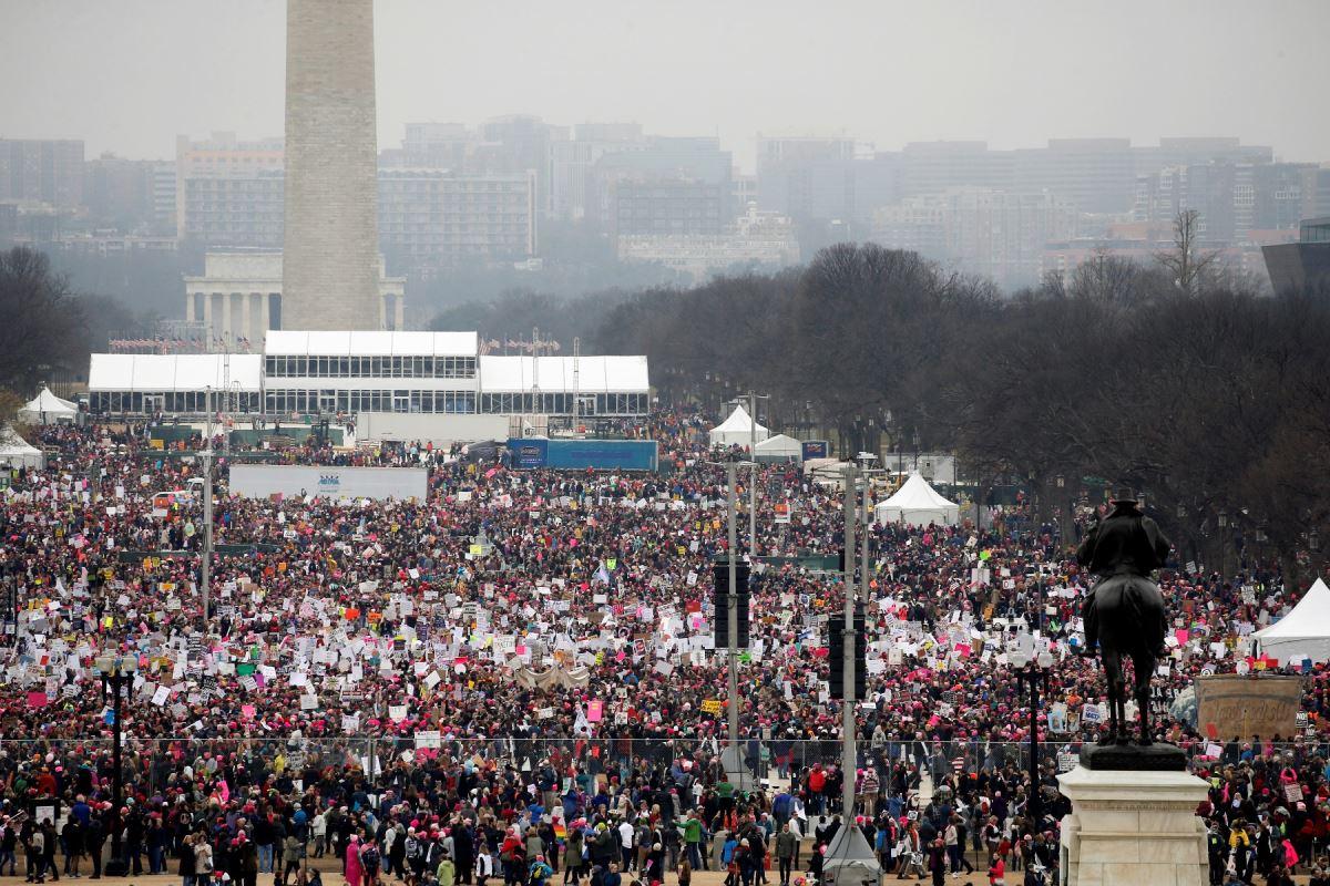 Des centaines de milliers de personnes se sont rassemblées au National Mall, un jour après l'assermentation de Donald Trump.