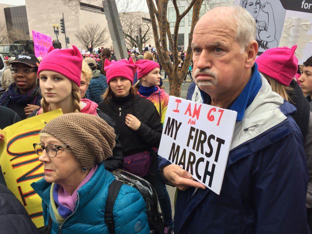 Un homme âgé manifeste à Washington dans le cadre de la marche des femmes.