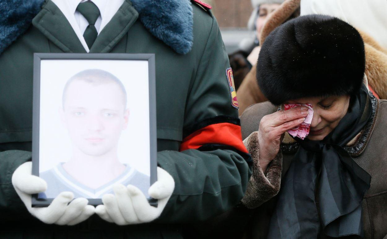 Une femme s'essuie les yeux durant une cérémonie funéraire en hommage aux sept soldats ukrainiens tués lors des affrontements, à Kiev, en Ukraine, le 1er février 2017