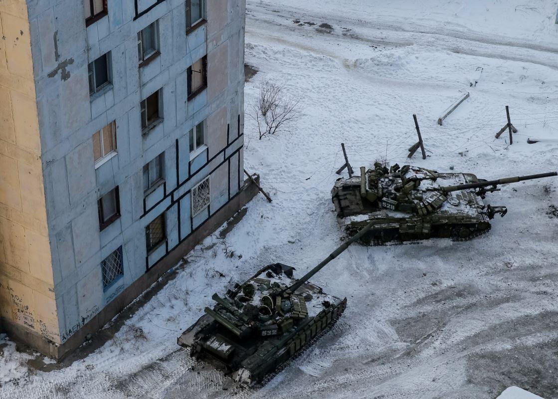 Des tanks militaires sont aperçus dans la ville d'Avdiïvka, en Ukraine, le 1er février 2017
