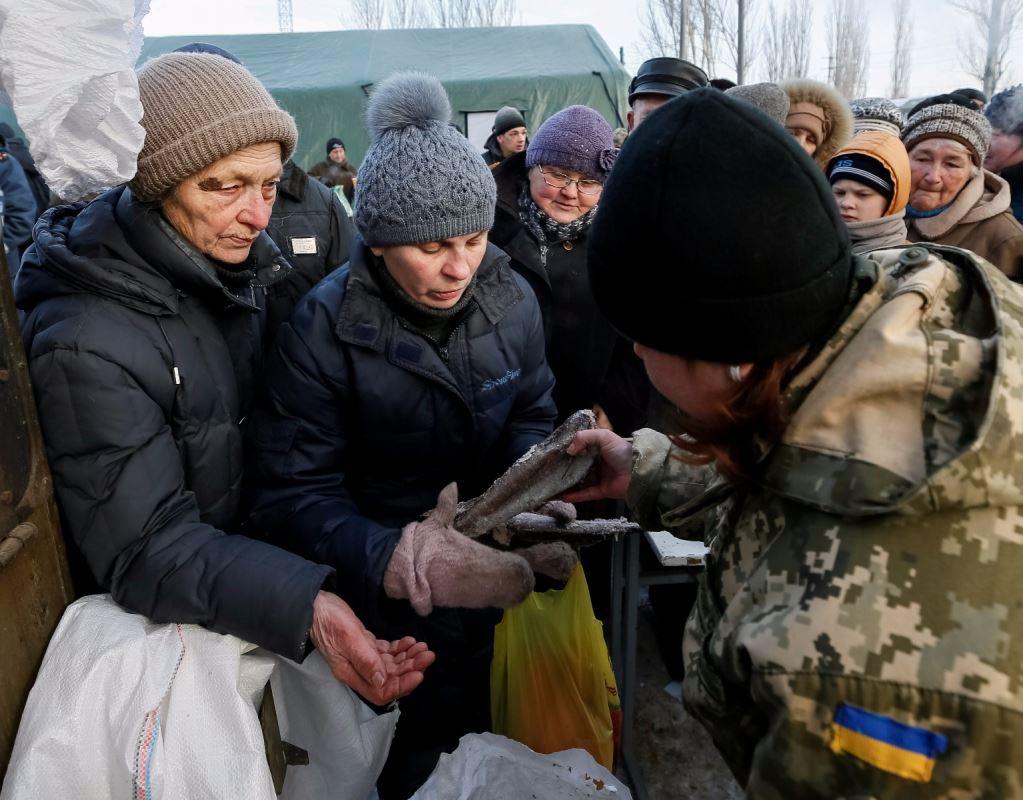 Des résidents d'Avdiïvka reçoivent un repas dans l'un des camps d'urgence installés par l'armée, le 1er février 2017