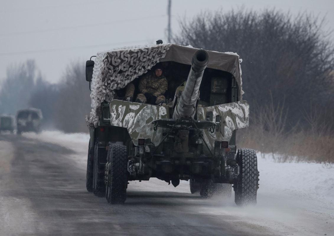 Des soldats sont aperçus à l'intérieur d'un tank, près de la ville d'Avdiïvka, en Ukraine, le 2 février 2017