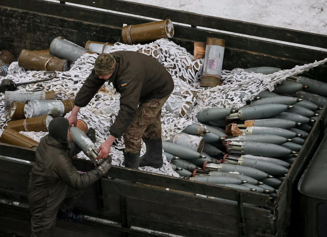 Des soldats ukrainiens transportent des munitions, à Avdiïvka, en Ukraine, le 2 février 2017