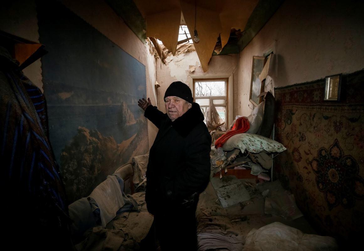 Un homme montre les dommages causés par les bombardements, à Avdiïvka, en Ukraine, le 2 février 2017