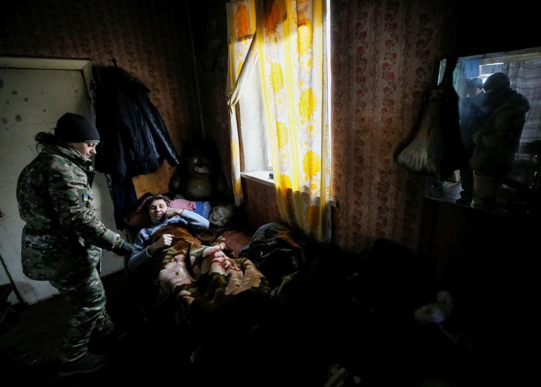 Une médecin militaire vient en aide à un résident d'Avdiïvka, en Ukraine, le 2 février 2017