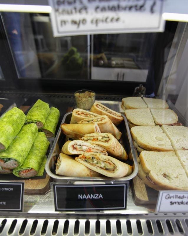 Un Naanza, un sandwich au pain plat indien.