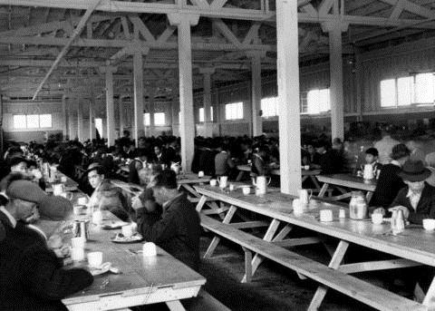 La salle de repas de Hastings Park, où ont été transportés les Japonais avant leur transfert dans l'intérieur de la Colombie-Britannique, en 1942.