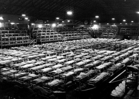 Certains Japonais ont dû dormir dans d'immenses gymnases transformés en dortoirs lors de leur internement en 1942.