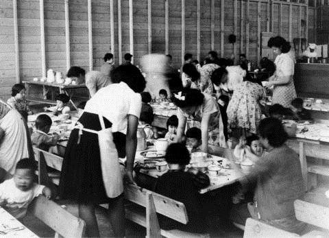 À Hastings Park, les femmes et les enfants ont été séparées des hommes. Des classes ont été organisées pour que les enfants continuent d'apprendre.