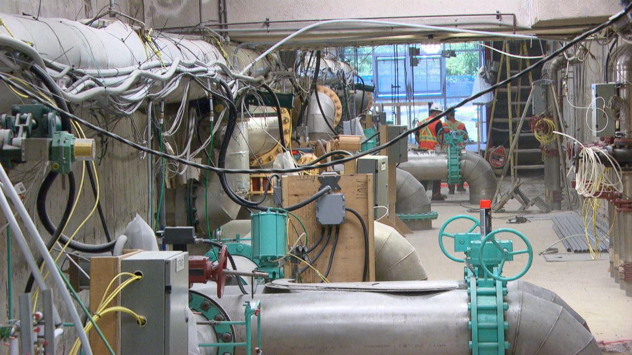 Des tuyaux à l'intérieur de l'usine