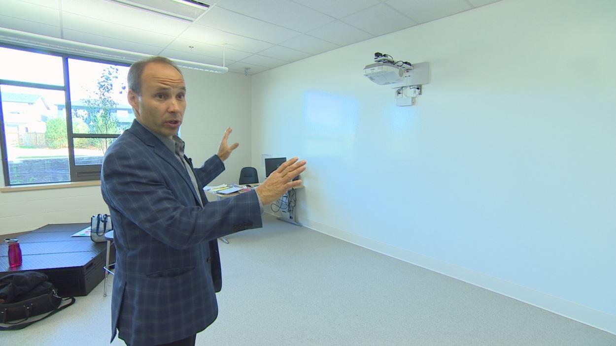 Le mur au complet sert de tableau blanc dans ces salles de classe.