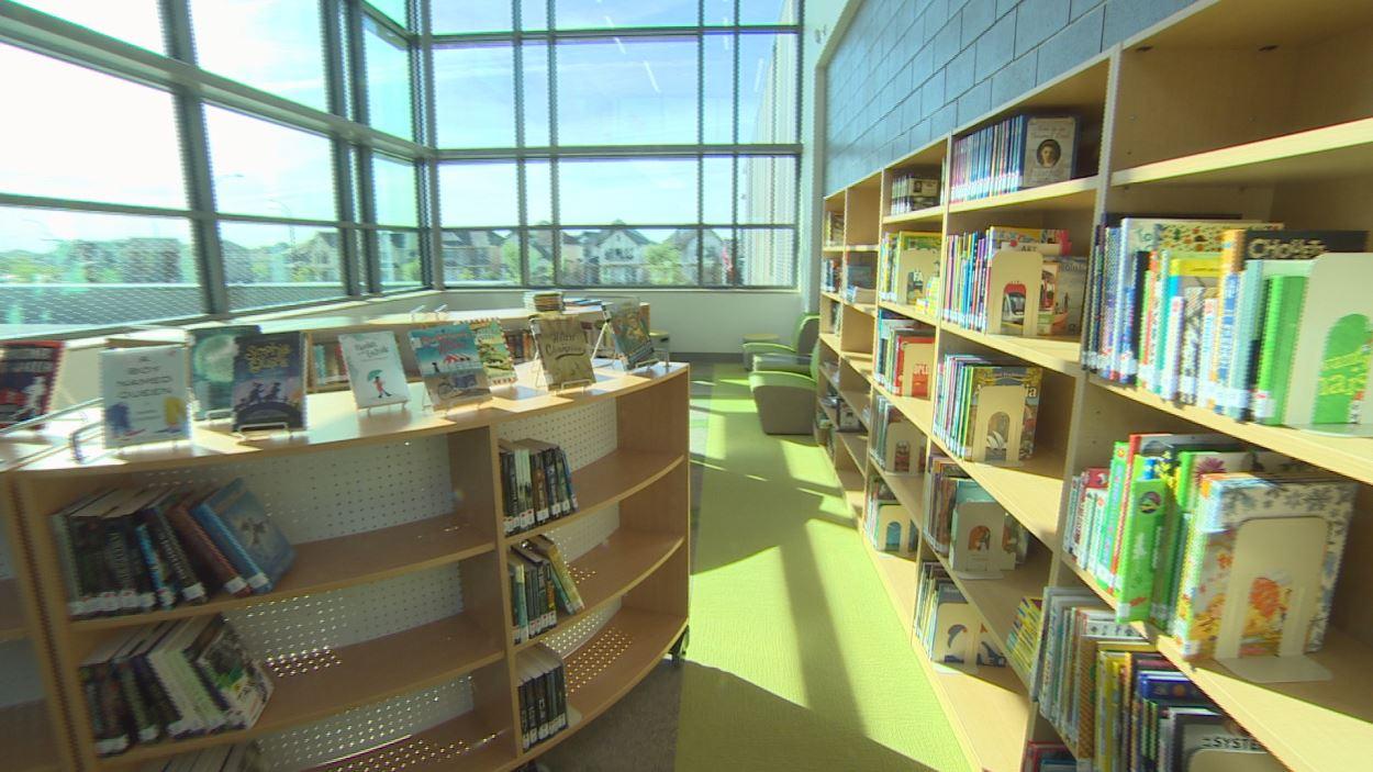 La bibliothèque, éclairée par la lumière naturelle