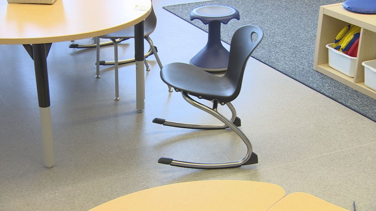 Ici, une chaise flexible de type « chaise berçante »