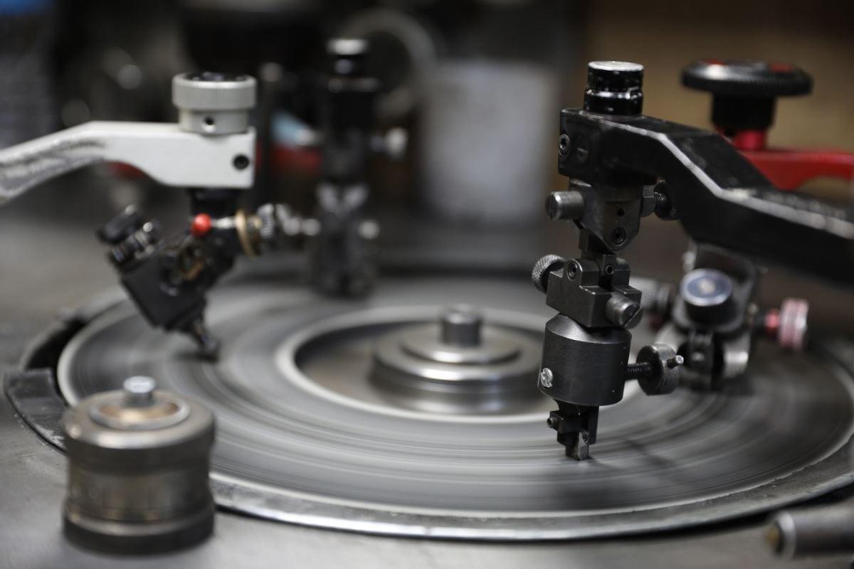 Un gros plan d'un disque qui tourne.