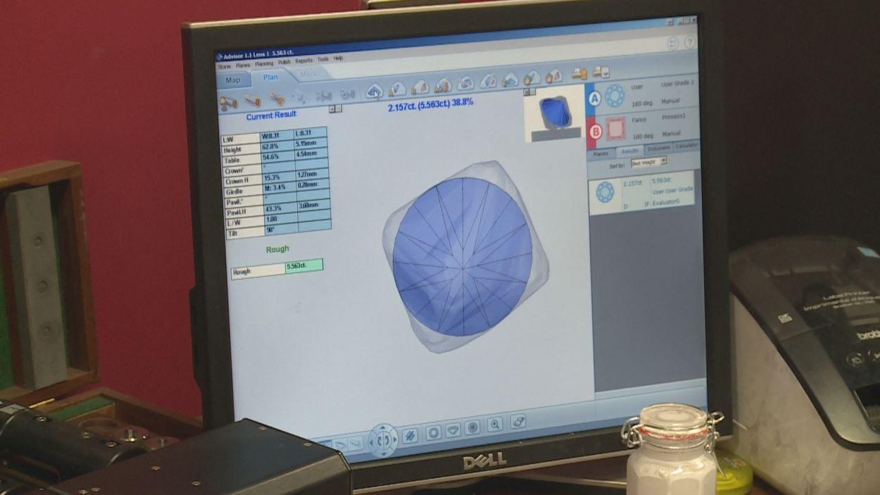 Gros plan de l'écran de l'ordinateur qui montre la forme finale choisie à l'intérieur de la forme brute.