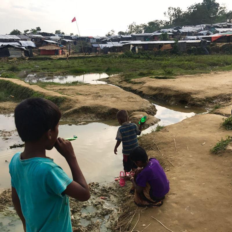 Camp de réfugiés rohingyas, novembre 2017. Des enfants jouent dans un cours d'eau insalubre.