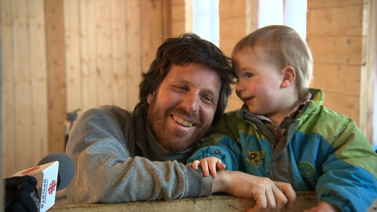 Un agriculteur d'Anticosti avec son enfant