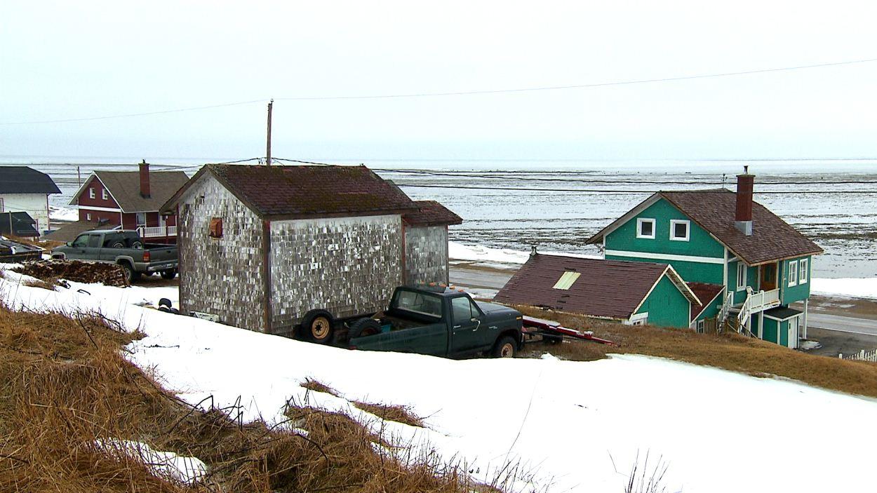 Quelques maisons à Port-Meunier face à la mer